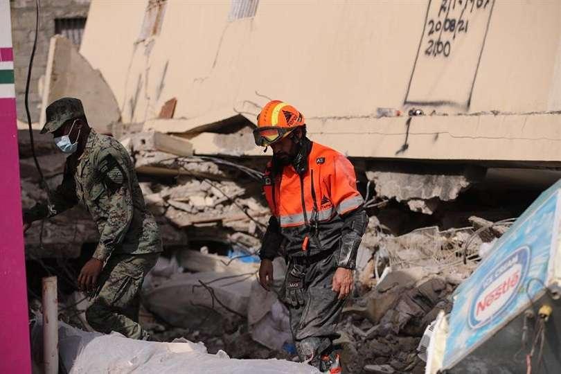 Un integrante de la brigada Rescate Internacional Topos trabaja en la búsqueda y rescate de supervivientes en un área afectada por el terremoto hoy, en Les Cayes (Haití). EFE