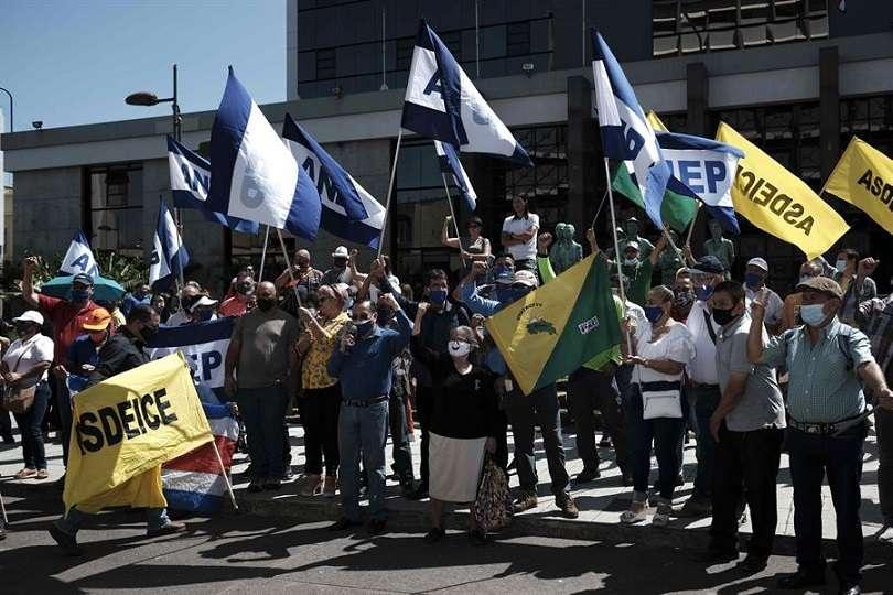 Trabajadores y sindicalistas costarricenses protestan hoy contra el pacto del Gobierno de Carlos Alvarado con el Fondo Monetario Internacional (FMI). EFE
