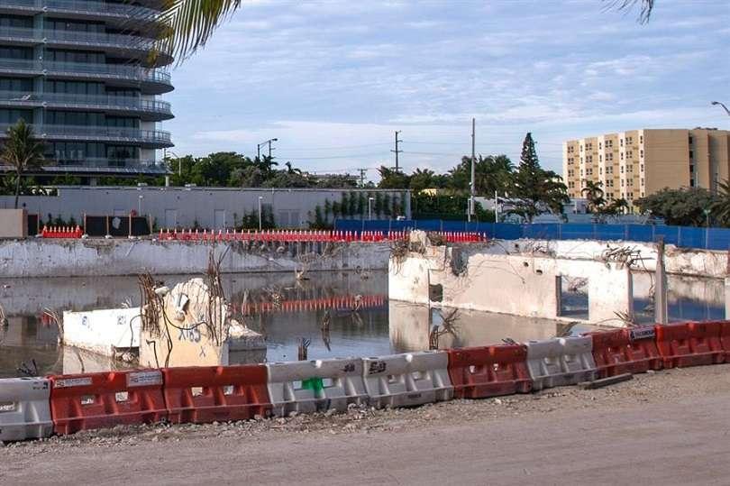 Registro general el pasado sábado del lugar donde solía estar ubicado el edificio Champlain Towers South, un mes después de su colapso, en Surfside (Florida, EE.UU.). EFE
