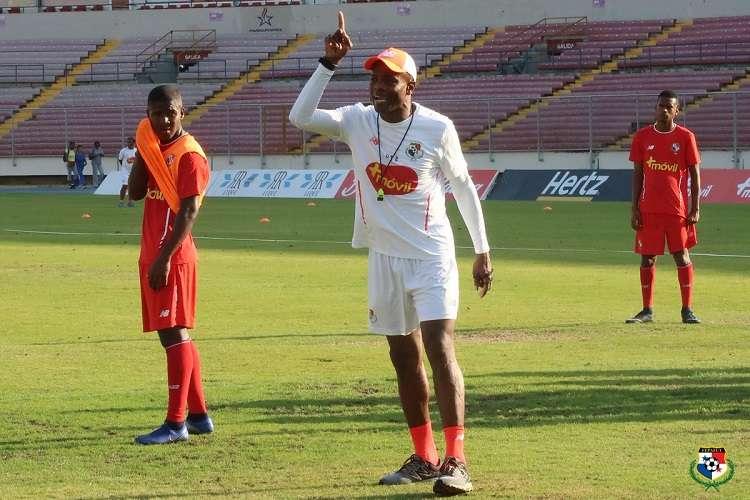 Julio Dely Valdés dirige el entrenamiento de hoy en el estadio Rommel Fernández. Foto: Fepafut
