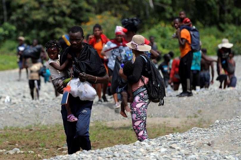 Migrantes llegan tras cruzar la selva el 10 de febrero de 2021, a la comunidad de Bajo Chiquito, provincia del Darién (Panamá). EFE