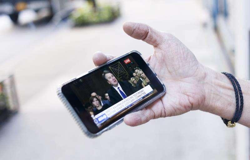 La utilización del celular ha crecido en los últimos 18 años y con ello se ha incrementado su uso hasta altas horas de la noche. EFE