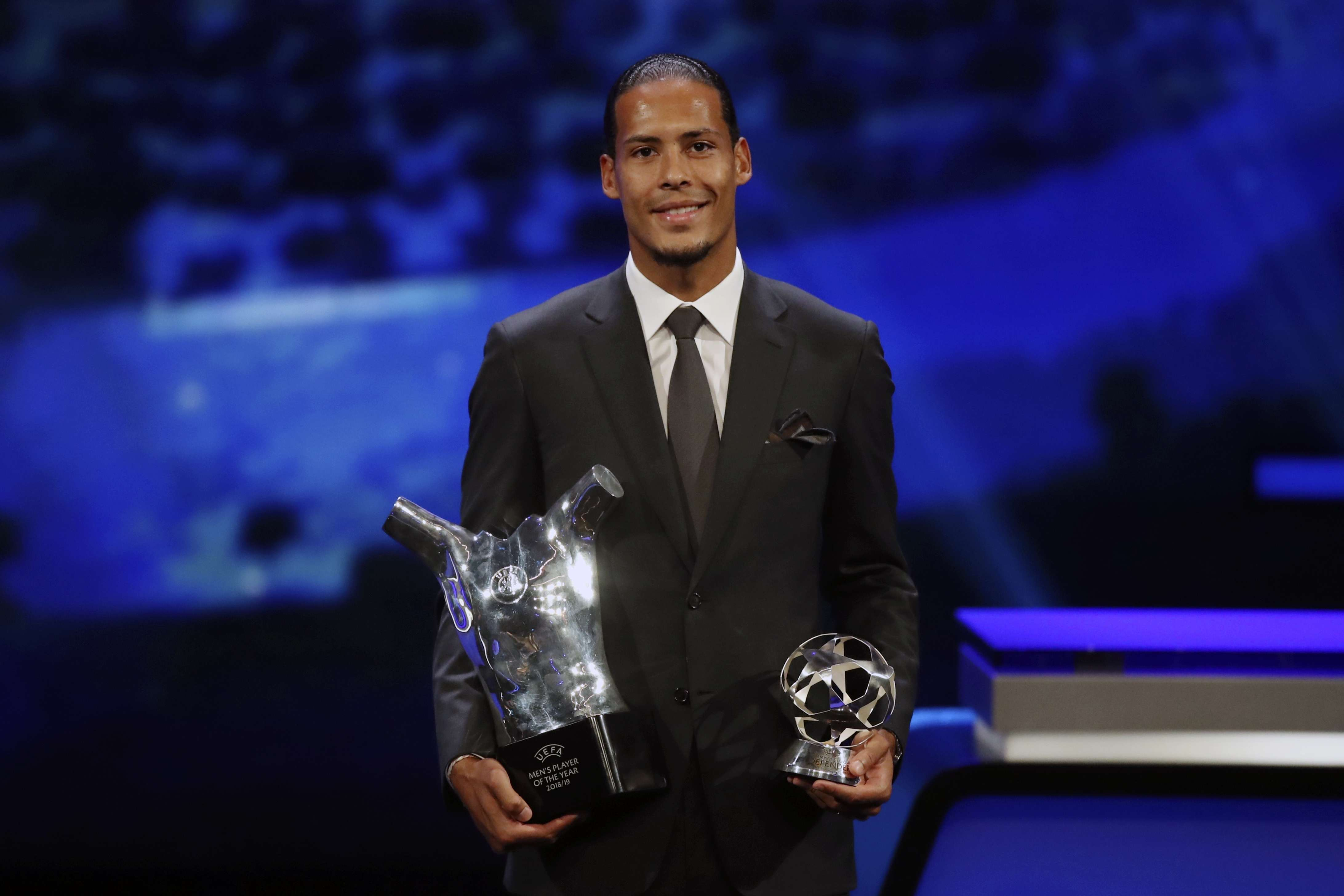 Virgil Van Dijk, el primer defensa en ser elegido Jugador del Año de la UEFA. Foto: AP