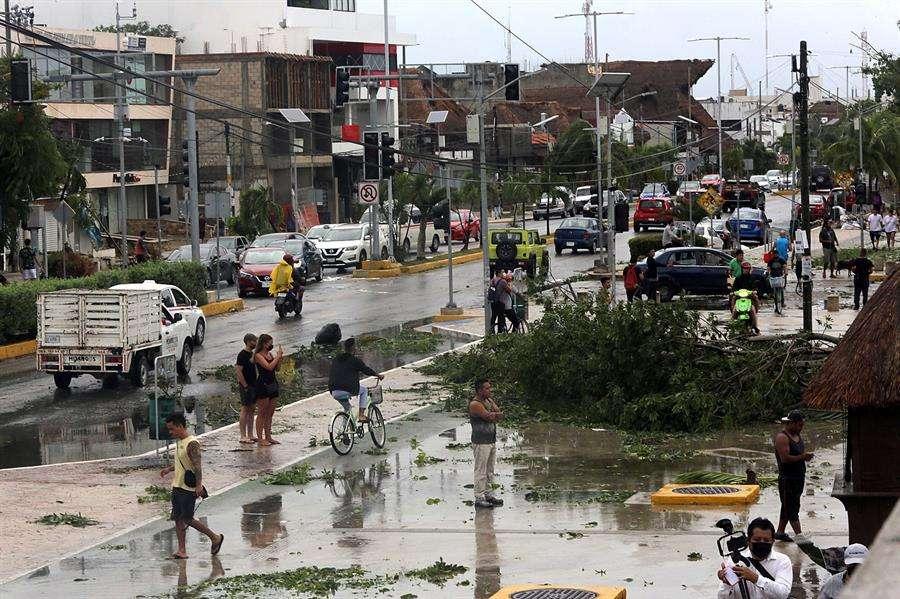 Vista de árboles caídos durante el paso del huracán Grace, en el centro del municipio de Tulum, estado de Quintana Roo (México). EFE