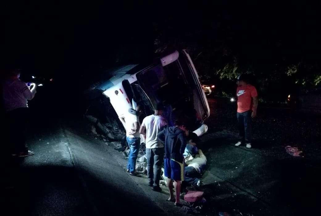 El vehículo quedó en la cuneta que divide los cuatro carriles.  /  Foto: Elena Valdez