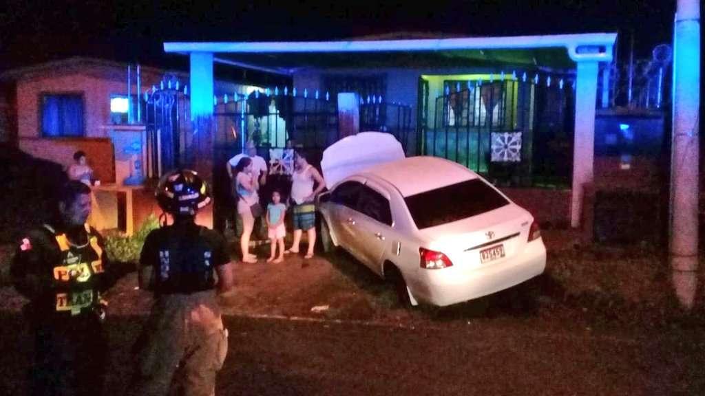 El vehículo terminó golpeando la verja de la residencia. Foto: @BCBRP