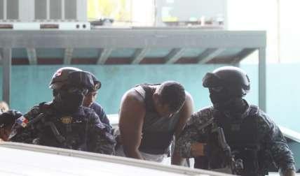 Macea, considerado reo de alto perfil, bajó la cabeza y se escondió detrás de las unidades policiales para evitar ser captado por las cámaras Fotos: Edwards Santos
