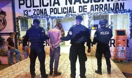 Sospechoso detenido.  Foto Raimundo Rivera Corresponsal